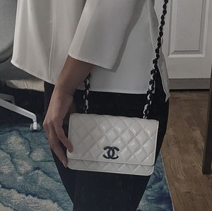 CHANEL 21C Wallet on Chain (White)